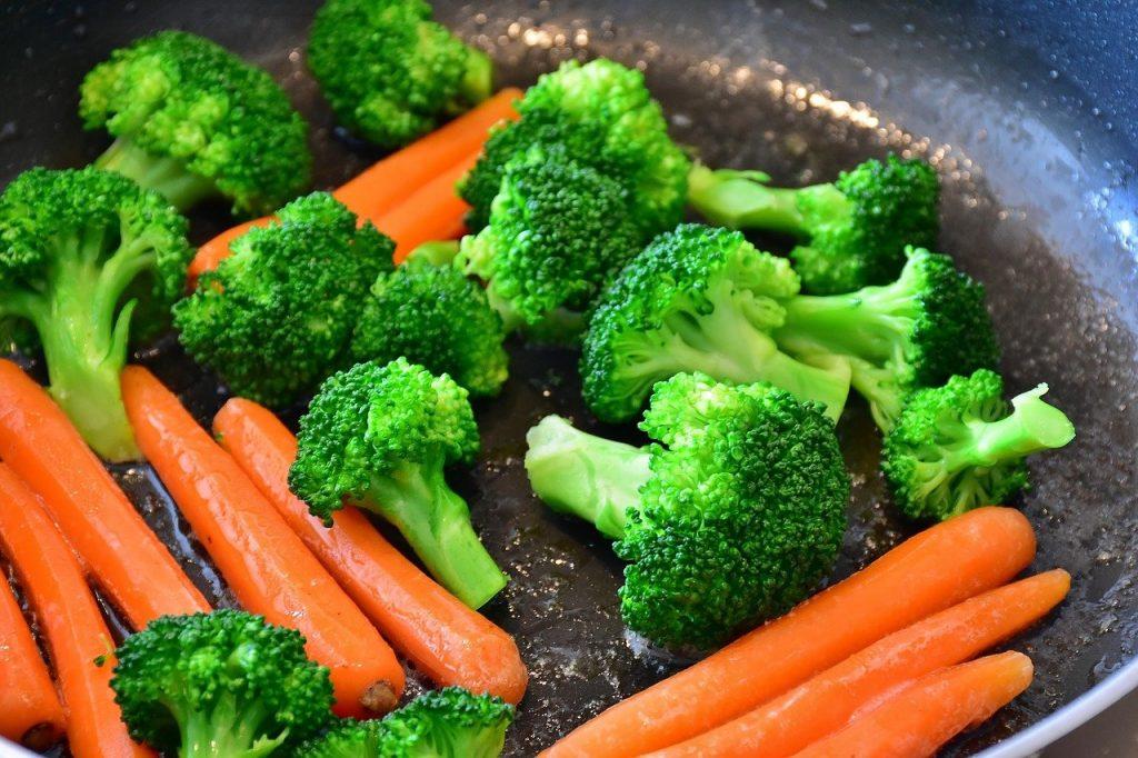 Zur Ernährung von Kindern gehören Mischkost und somit alles mit Vitaminen, Ballaststoffen aus Obst und Gemüse.  Fleisch, Fisch und zum Beispiel Eier sollten in geringen Massen gegeben werden.