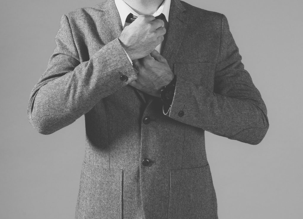 Modebewusste Väter gehören zum Alltag. Aber auch Männer ohne Geschmack irren in der Welt herum. Was sollte man als Papa von Kindern anziehen? Sieht zu lockerer Style wohlmöglich peinlich aus? Wäre Hemd und Stoffhose zu overdressed? Wir klären auf in unserem Lifestyle Ratgeber.