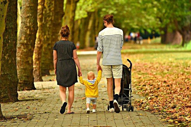 Das Elter. Die geschlechtsneutrale Bezeichnung von Eltern im Singular. Woher kommt die Bezeichnung Elter und warum ist die Verwendung dieser Bezeichnung heutzutage nicht mehr wegzudenken? Wir klären auf.