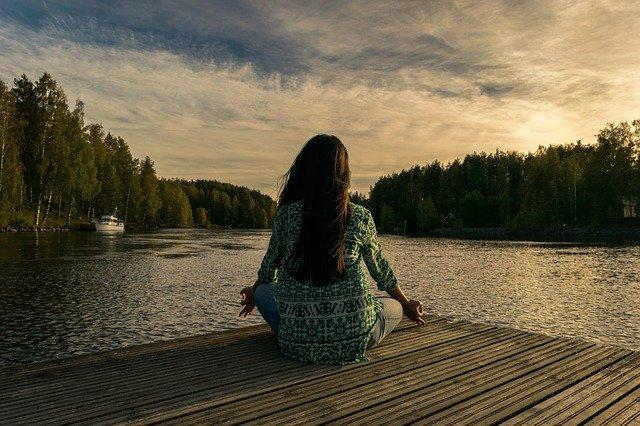Die ASMR Sounds helfen als Einschlafhilfe, aber auch für die Entspannung des ganzen Körpers nach einem stressigen Tag. Viele Personen nehmen es auch als kribbelndes Erlebnis wahr und nutzen es bei Yoga-Übungen oder beim Studieren.
