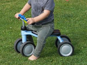 Roller und andere Kinderfahrzeuge entdecken. Wir berichten von unseren Erfahrungen mit den Kinderspielzeugen ab 2 Jahren in unserem Blog.